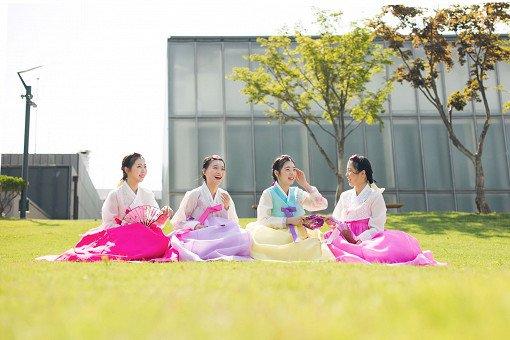 Where can I try hanbok in Seoul?