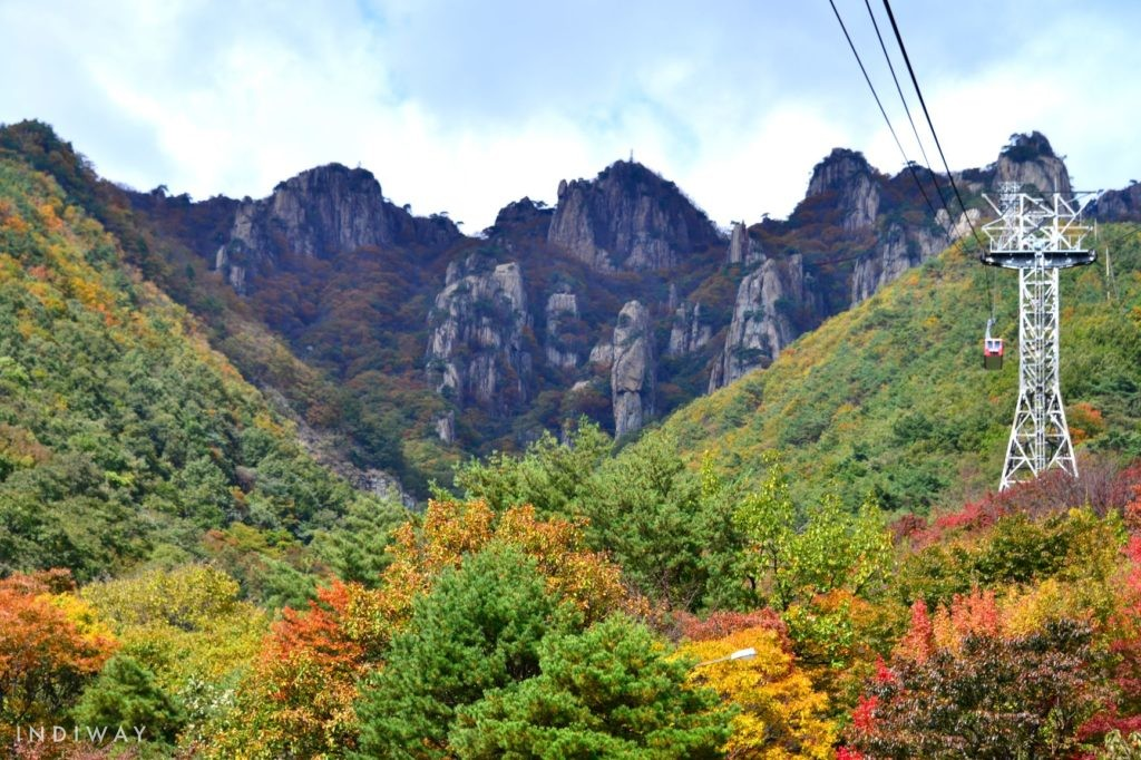 Enjoy the autumn foliage view on the way to mountain top in the Daedunsan cable car