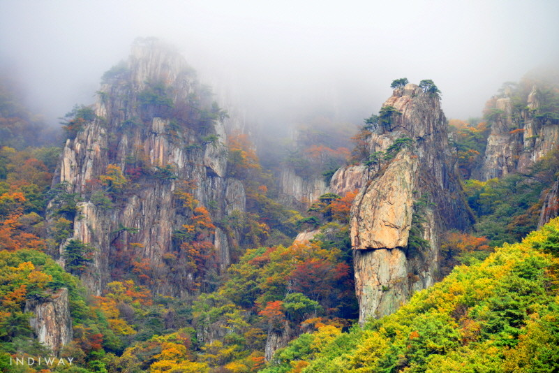 Daedunsan provides one of a kind autumn foliage view with rocky peaks harmonized with vibrant colors of autumnal leaves