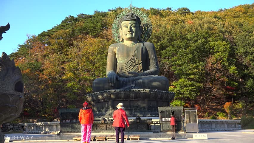View the massive Buddha Statue at Sinheungsa Temple (Seoraksan)